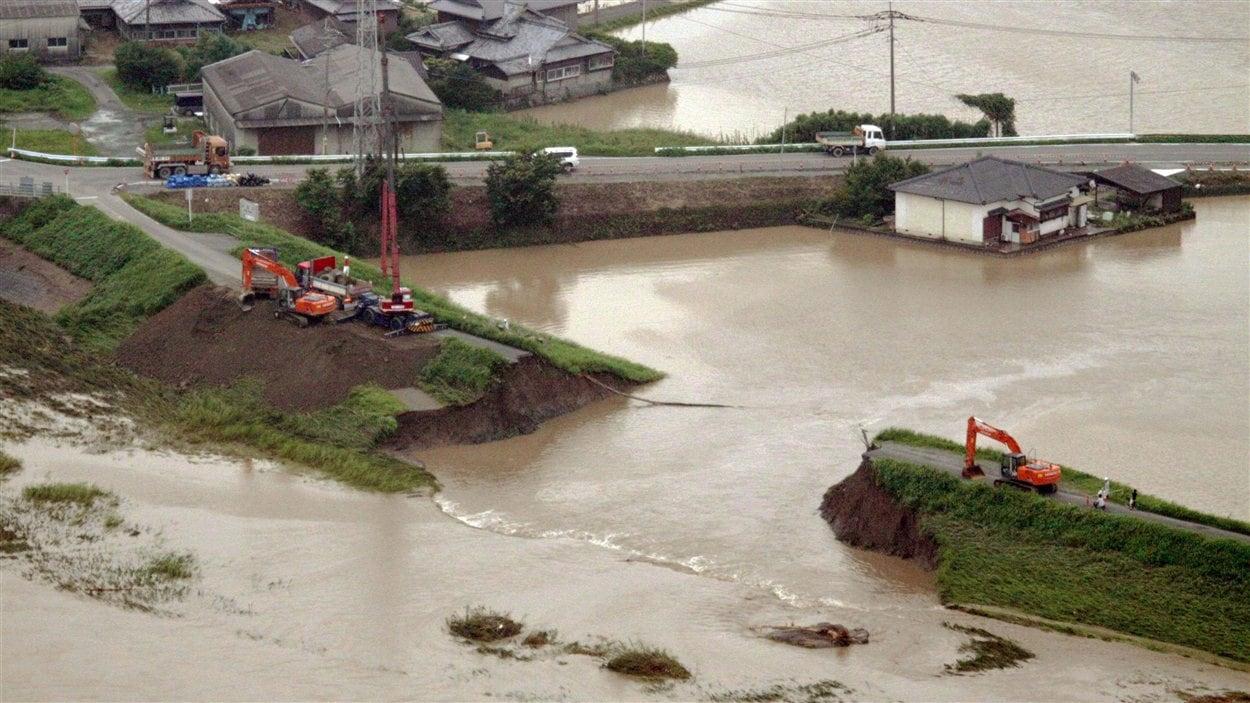 Digue emportée par les flots à Yanagawa, dans la préfecture de Fukuoka