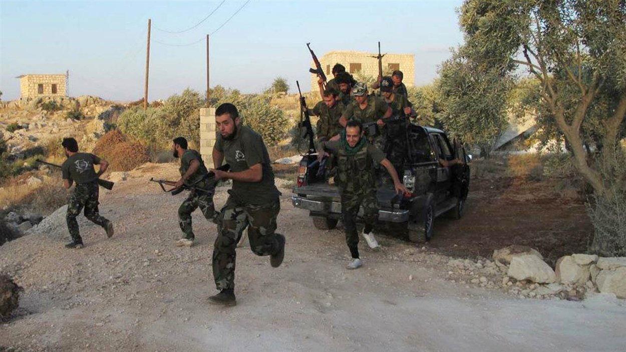 Photo fournie par Shaam News Network montre des combattants de l'Armée syrienne libre le 13 juillet à Idlib.  L'autheticité de cette photo ne peut être vérifiée de source indépendante par l'AFP.