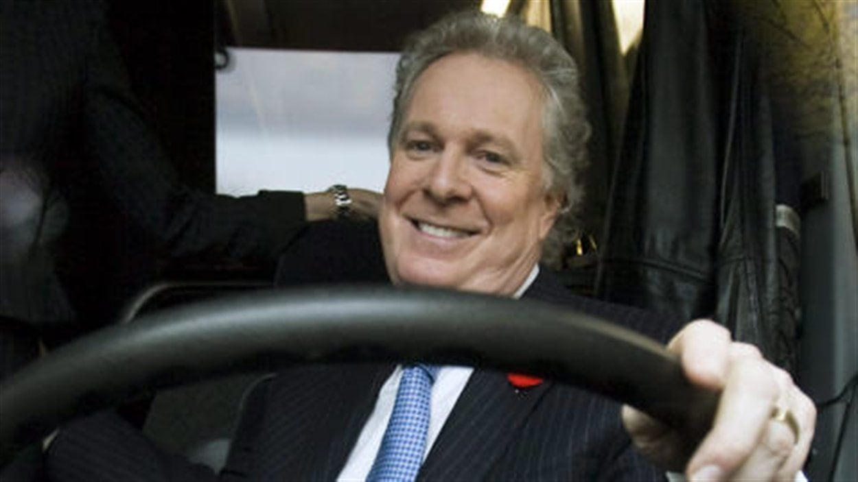 Jean Charest au volant de son autobus de campagne (novembre 2008)