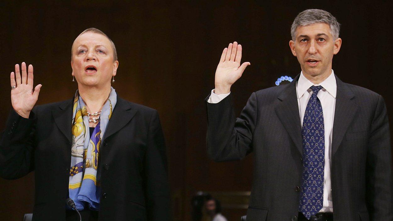 Irene Dorner (gauche), PDG de HSBC et le directeur des affaires juridiques de la Banque Stuart Levey.