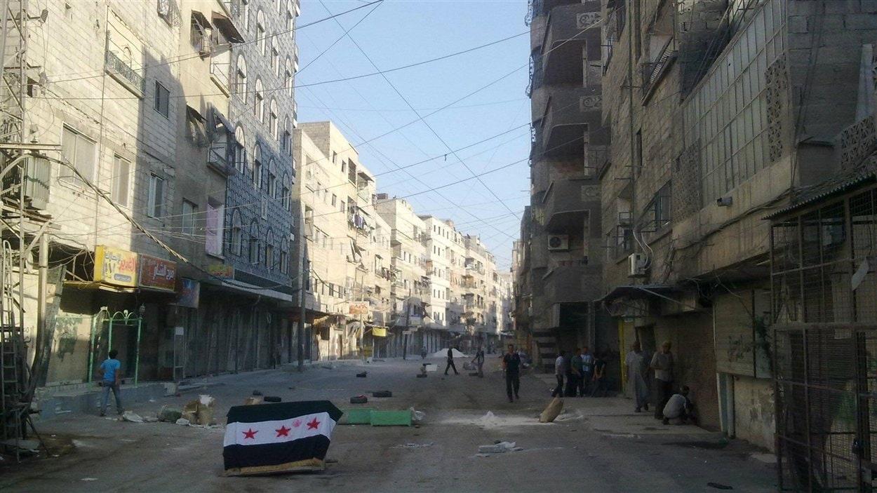 Des rebelles bloquent des rues de Damas, la capitale syrienne.