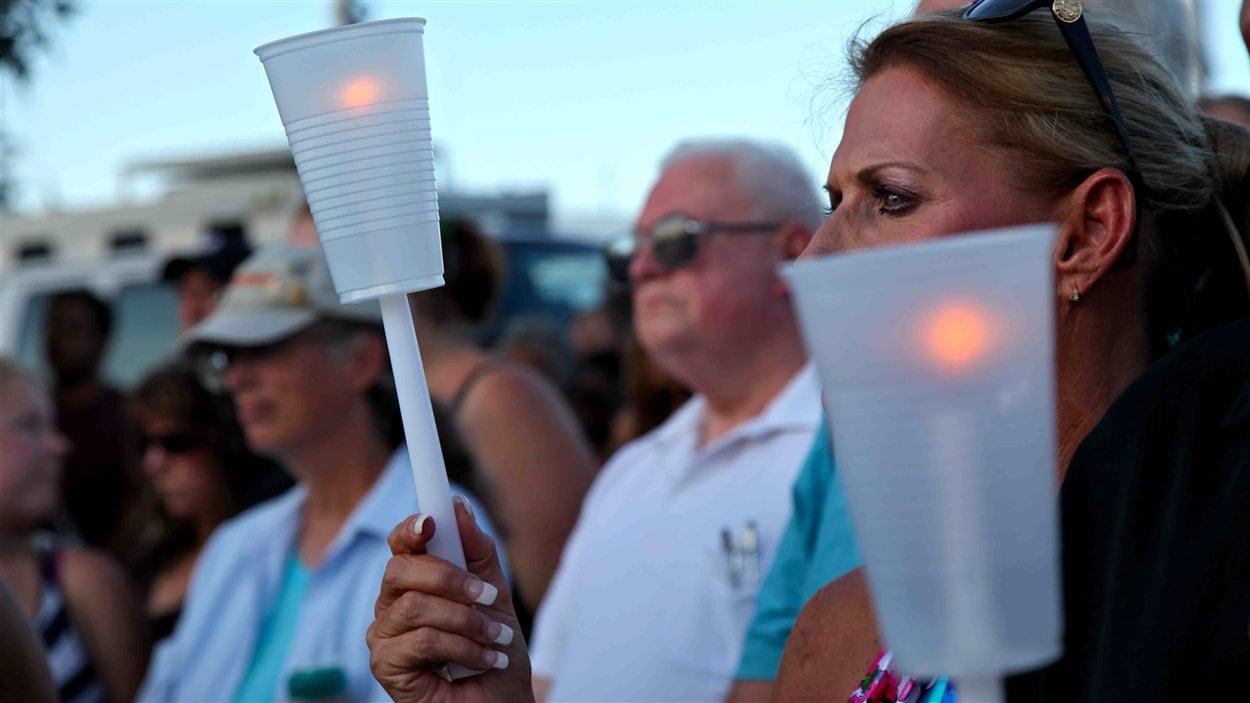 Au lendemain de la tuerie du 12 juillet à Aurora, au Colorado, des gens se sont réunis avec des chandelles pour honorer la mémoire des victimes