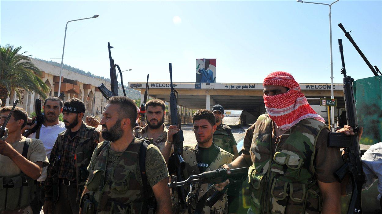 Des rebelles au poste de Bab Al-Hawa, à la frontière de la Turquie.