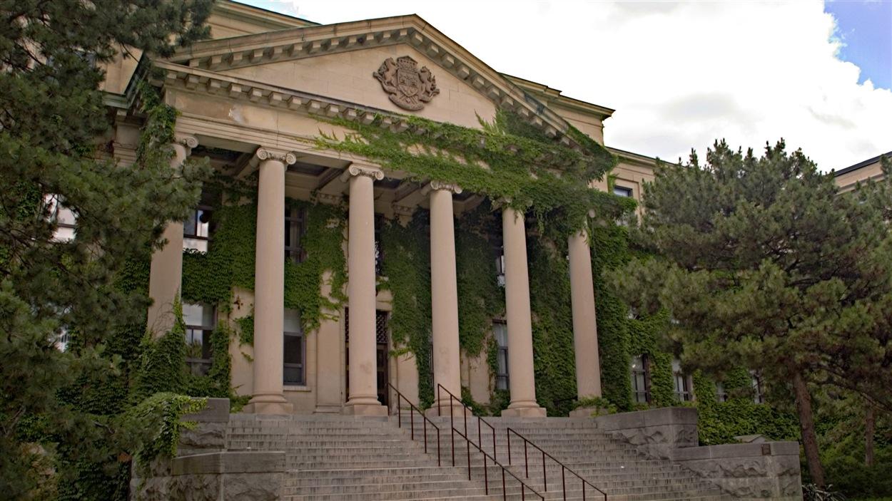Le pavillon Tabaret de l'Université d'Ottawa (vue de côté).
