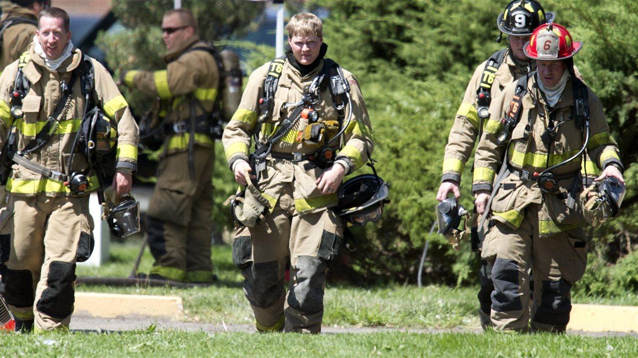 Des pompiers quittent l'appartement de James Holmes, le 21 juillet.