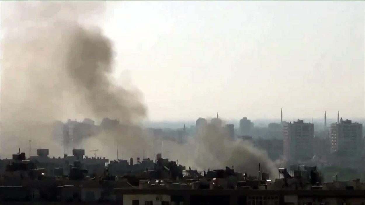 Image provenant d'une vidéo diffusée sur Internet montrant de la fumée émanant du quartier de Mazzé, à Damas, le 22 juillet.