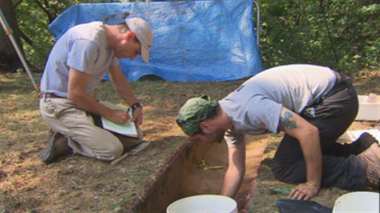 Fouilles archéologiques pour retrouver le Fort Odanak au bord de la rivière Saint-François