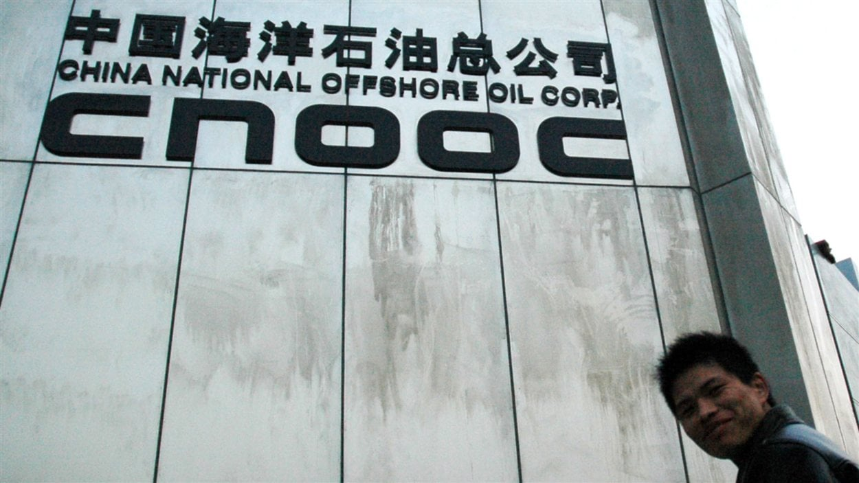 Un Chinois devant le siège social de CNOOC