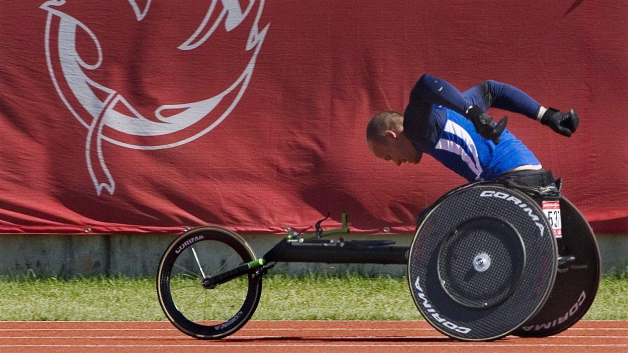 Alexandre Dupont lors de sa participation au 400 m en fauteuil roulant lors des Jeux du Canada en août 2009 à Charlottetown.