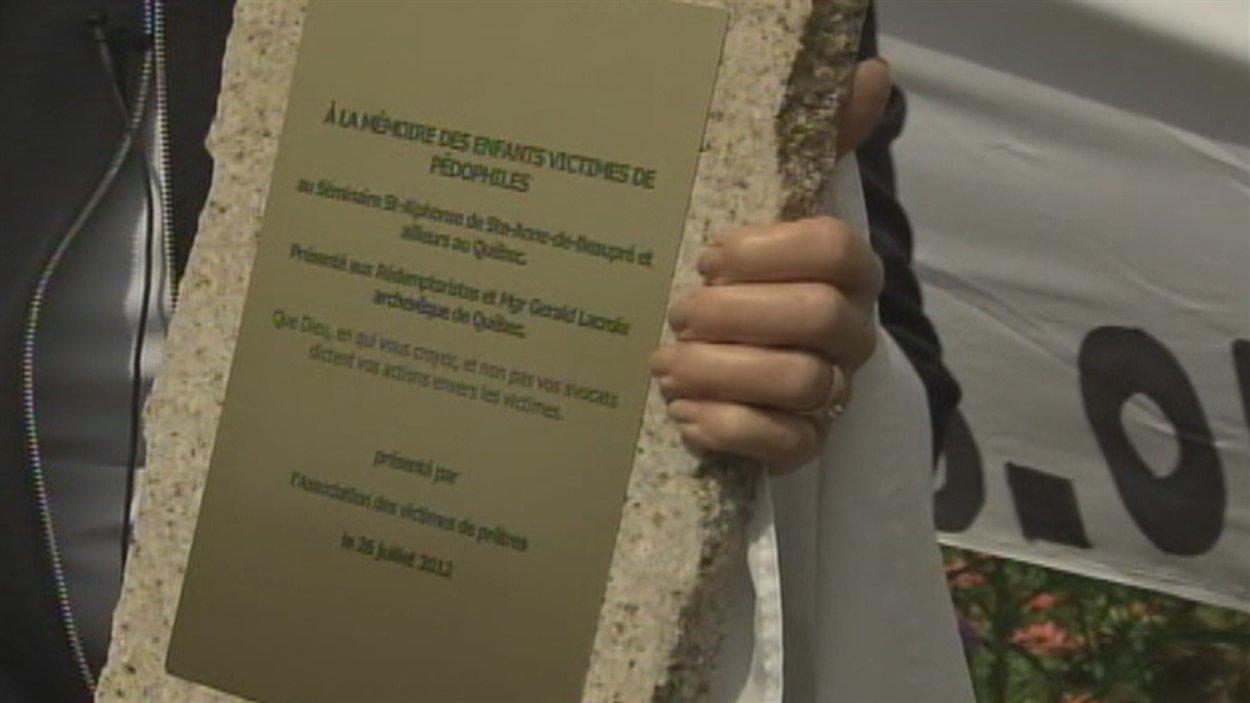 Plaque commémorative à la mémoire des enfants victimes de pédophiles