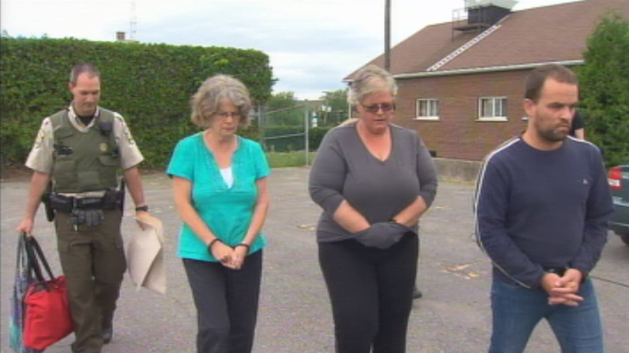Les suspects sont Gabrielle Fréchette, 53 ans, de Victoriaville, Ginette Duclos, 61 ans, de Saint-Germain-de-Grantham, et Gérald Fontaine, 39 ans, de Danville.