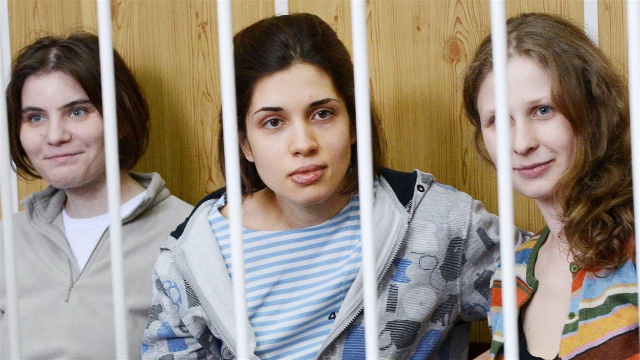 Maria Alyokhina (à droite), Nadezhda Tolokonnikova (au centre) et Yekaterina Samutsevich (à gauche)
