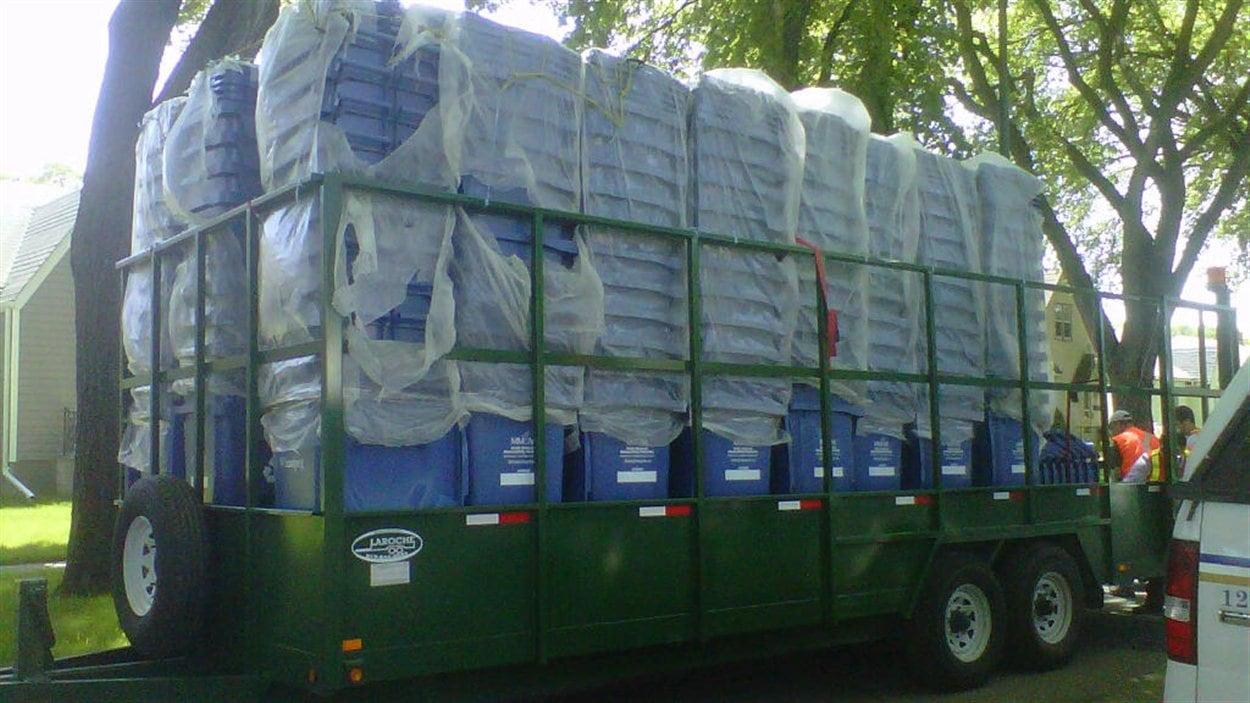 Livraison de nouveaux bacs roulants à Winnipeg, en juin 2012