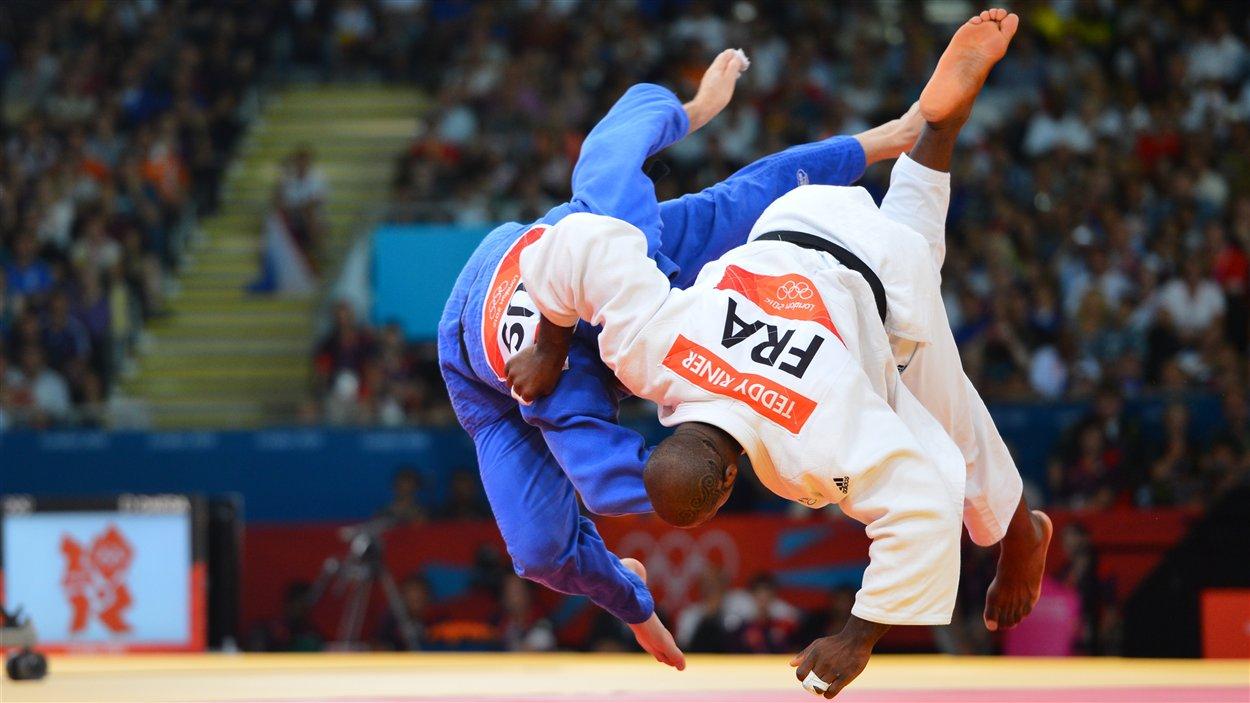 Le Français Teddy Riner en finale des +100 kg contre le Russe Alexander Mikhaylin