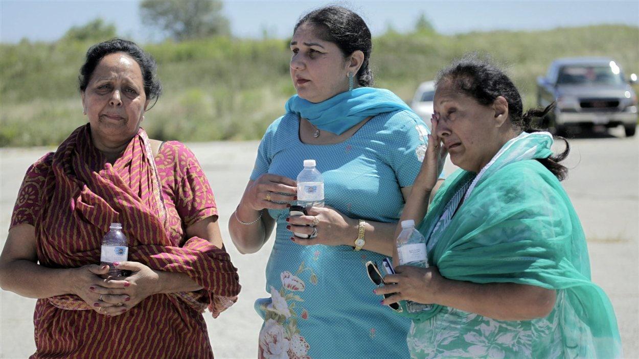 Des membres de la communauté sikhe d'Oak Creek, dans le Wisconsin, en attente d'informations sur la fusillade.