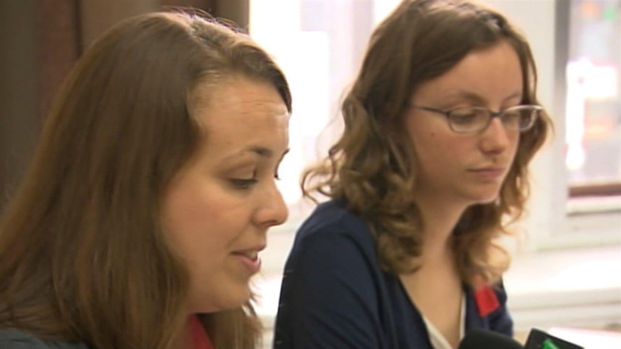Martine Desjardins et Éliane Laberge incitent les jeunes à aller voter.