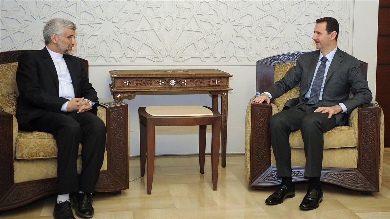 Le président syrien Bachar Al-Assad (à droite) et l'émissaire iranien Saïd Jalili