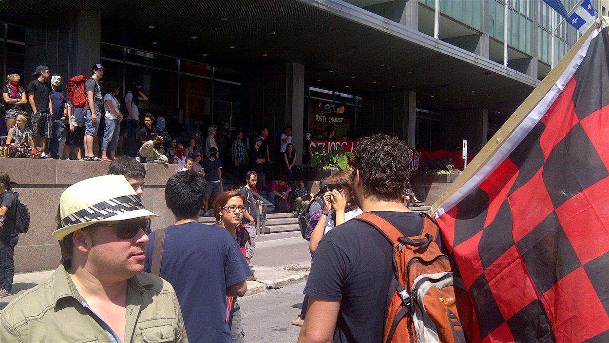 Des étudiants devant le siège social d'Hydro Québec