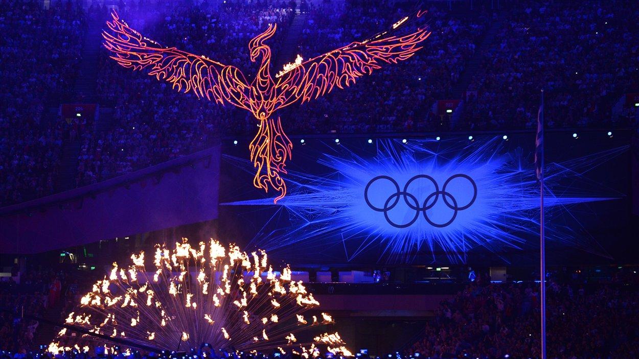 La flamme olympique quitte le stade.