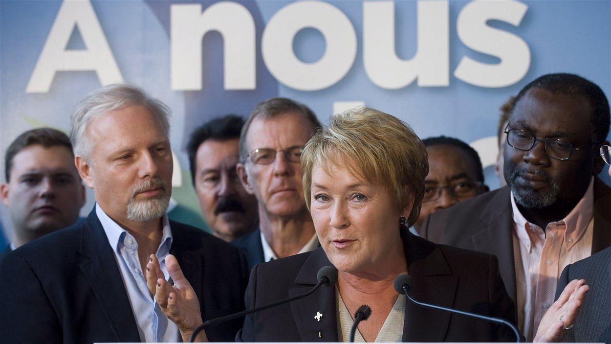 Pauline Marois entourée de candidats péquistes.