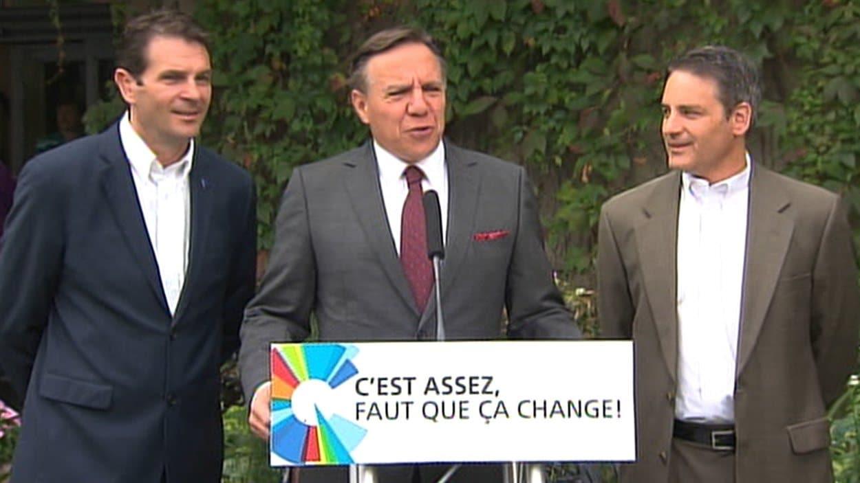 Le chef de la CAQ François Legault a fait son annonce en compagnie de ses candidats dans Granby et Brome-Missisquoi, François Bonnardel et Benoît Legault.