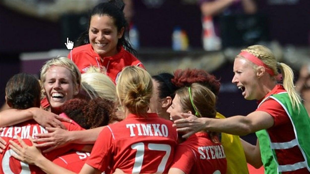 L'équipe de soccer féminin du Canada après la victoire contre la France aux Jeux olympiques