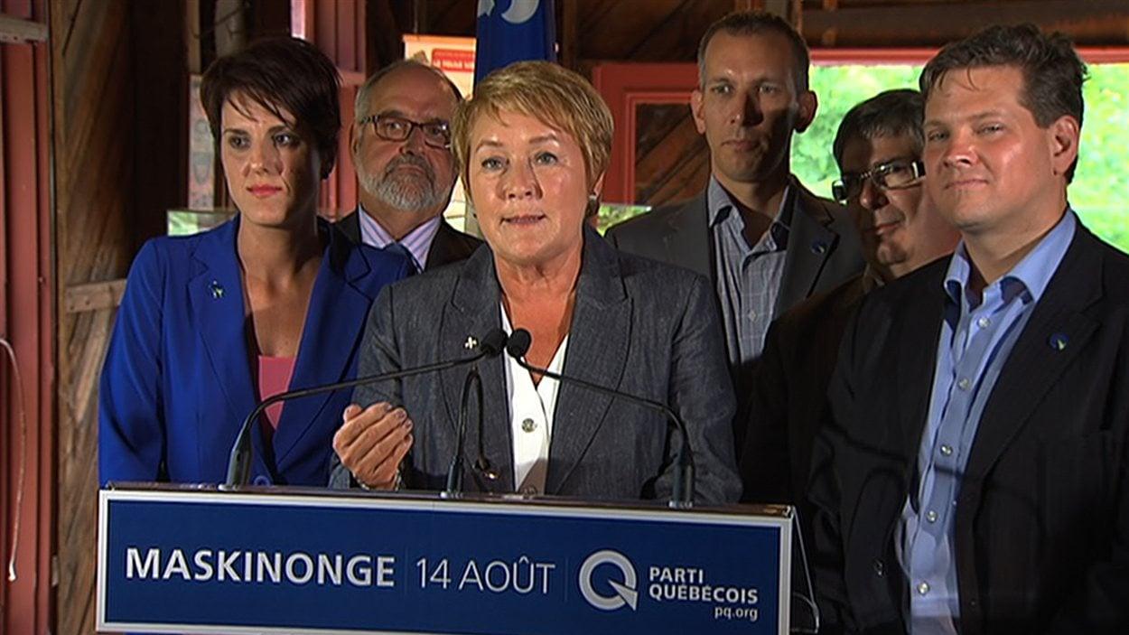 Entourée de candidats de la région, Pauline Marois s'est engagée, à Trois-Rivières, à faire adopter une charte de la laîcité si elle est élue.