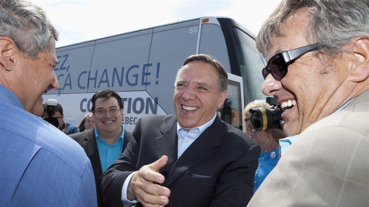 Le chef de la CAQ François Legault est accueilli par ses candidats locaux à son arrivée à Québec le 14 août 2012.
