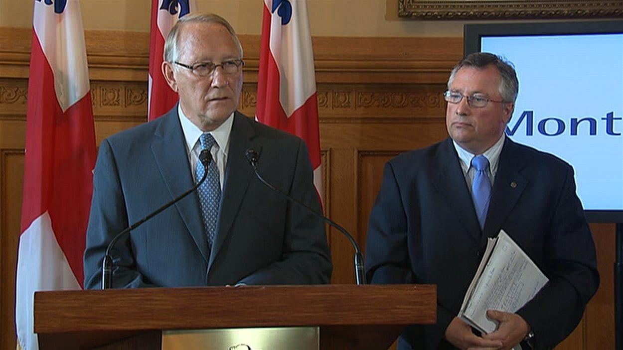 Le maire Gérald Tremblay en compagnie de Richard Deschamps, membre du comité exécutif responsable des infrastructures, en conférence de presse, le 15 août 2012
