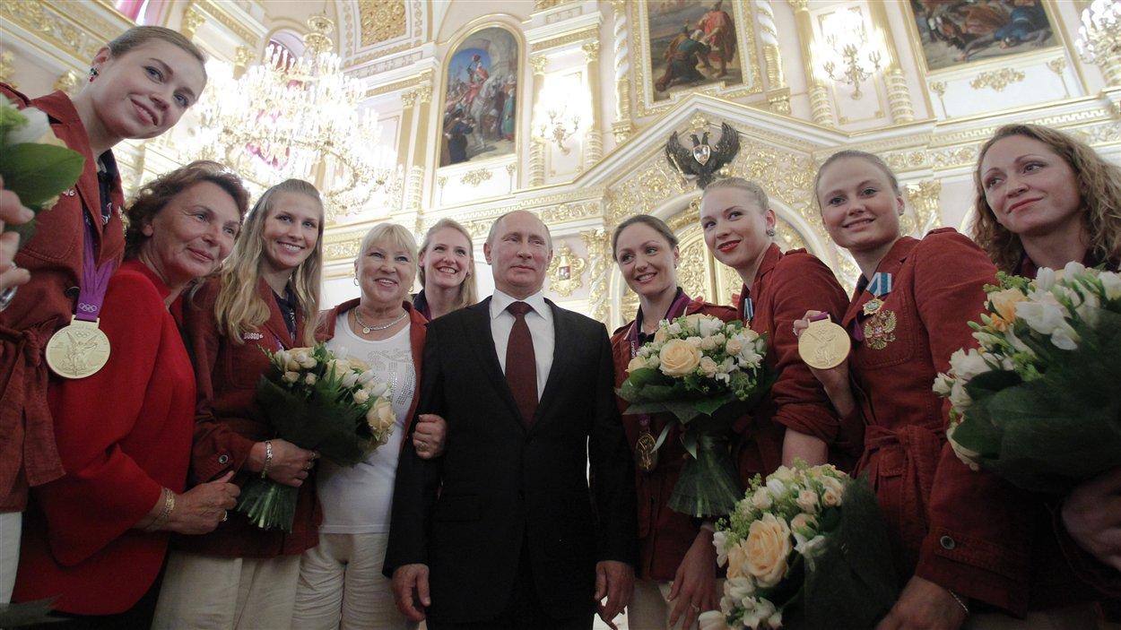 Vladimir Poutine et l'équipe russe de nage synchronisée