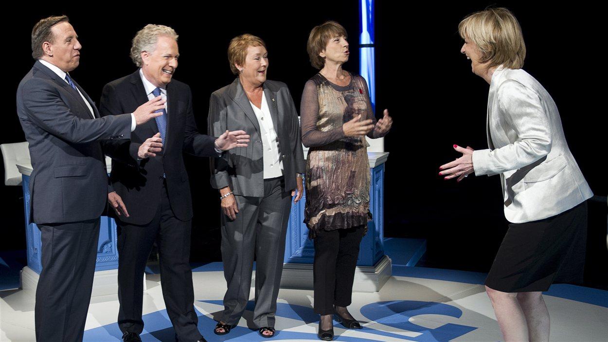 Les chefs rigolent avec Anne-Marie Dussault avant le débat.