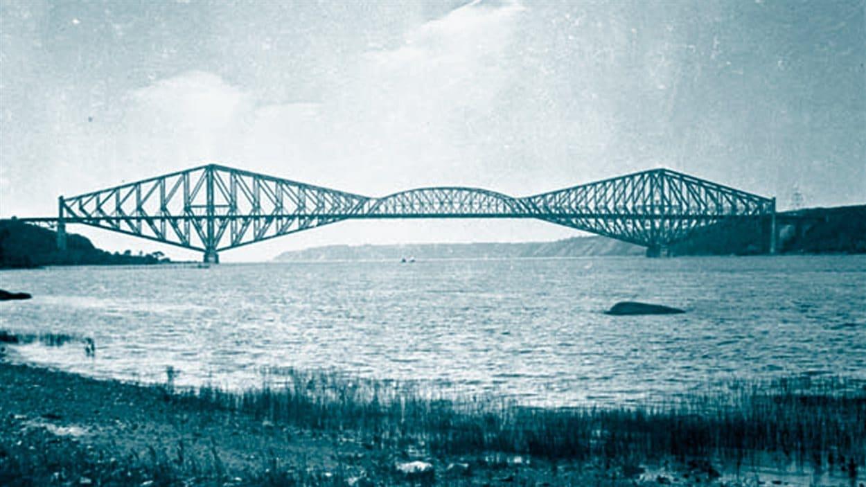 <b>Le pont de Québec</b> | Bibliothèque et Archives Canada