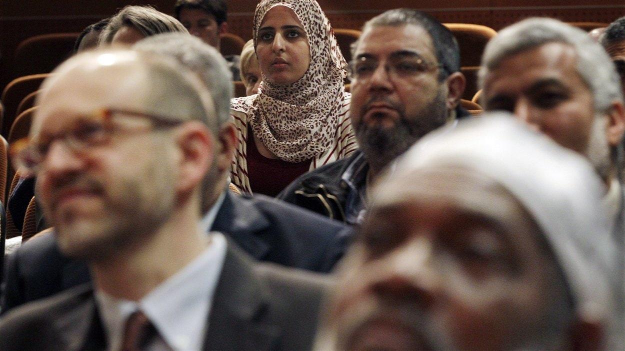 Des musulmans réunis lors d'une rencontre sur l'espionnage dont ils font l'objet de la part de la police de New York.