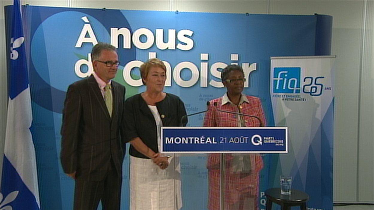 Pauline Marois (centre) en compagnie de Régine Laurent de la FIQ (droite) et du candidat péquiste Réjean Hébert (gauche) lors d'une conférence de presse le 21 août 2012