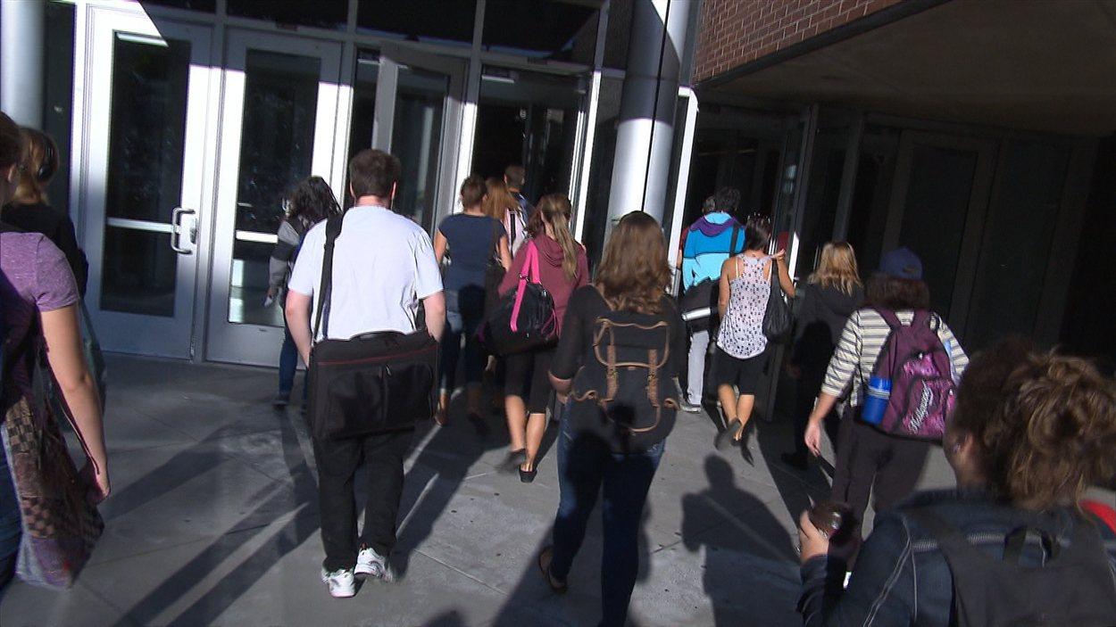 Des étudiants qui entrent au Cégep du Vieux-Montréal, le 20 août 2012