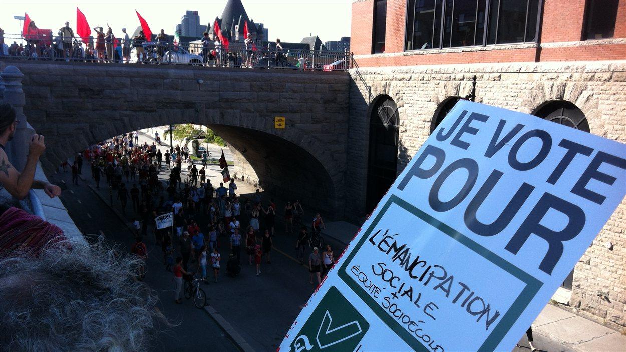 Les manifestants sillonnent plusieurs artères de Montréal.
