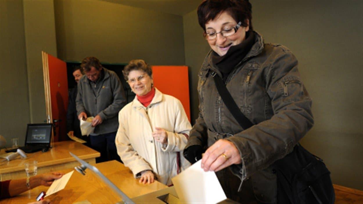 En Suisse, une femme enregistre son vote pour le référendum sur l'expulsion des immigrants criminels (2010).