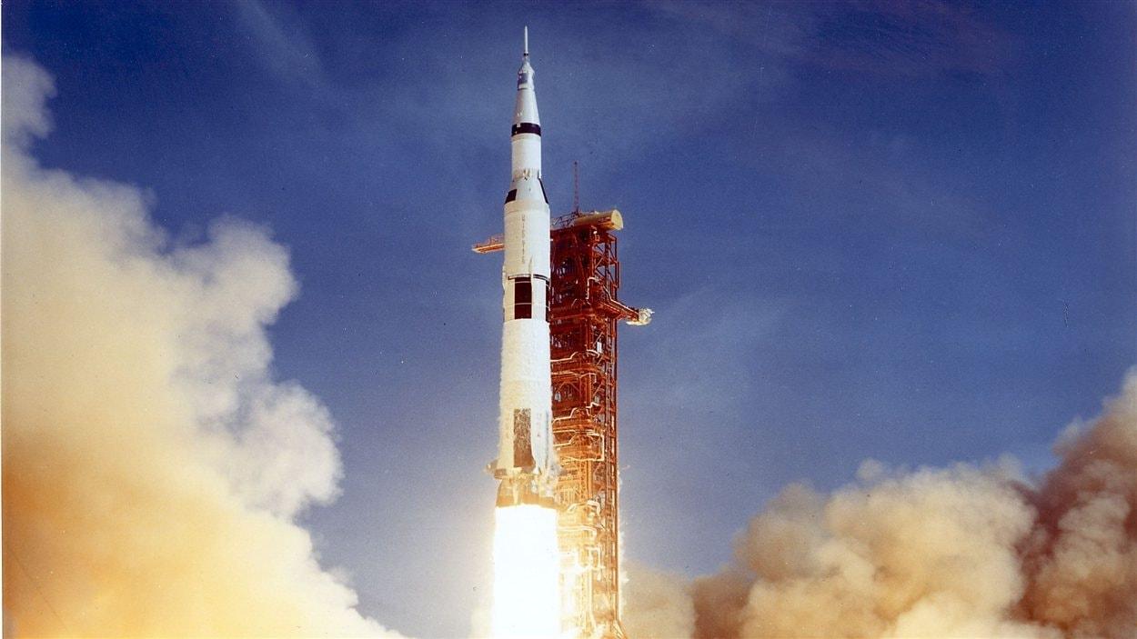 La fusée Saturn V lors de son décollage le 16 juillet 1969 transportant les astronautes Neil A. Armstrong, Michael Collins, et Edwin E. Aldrin.