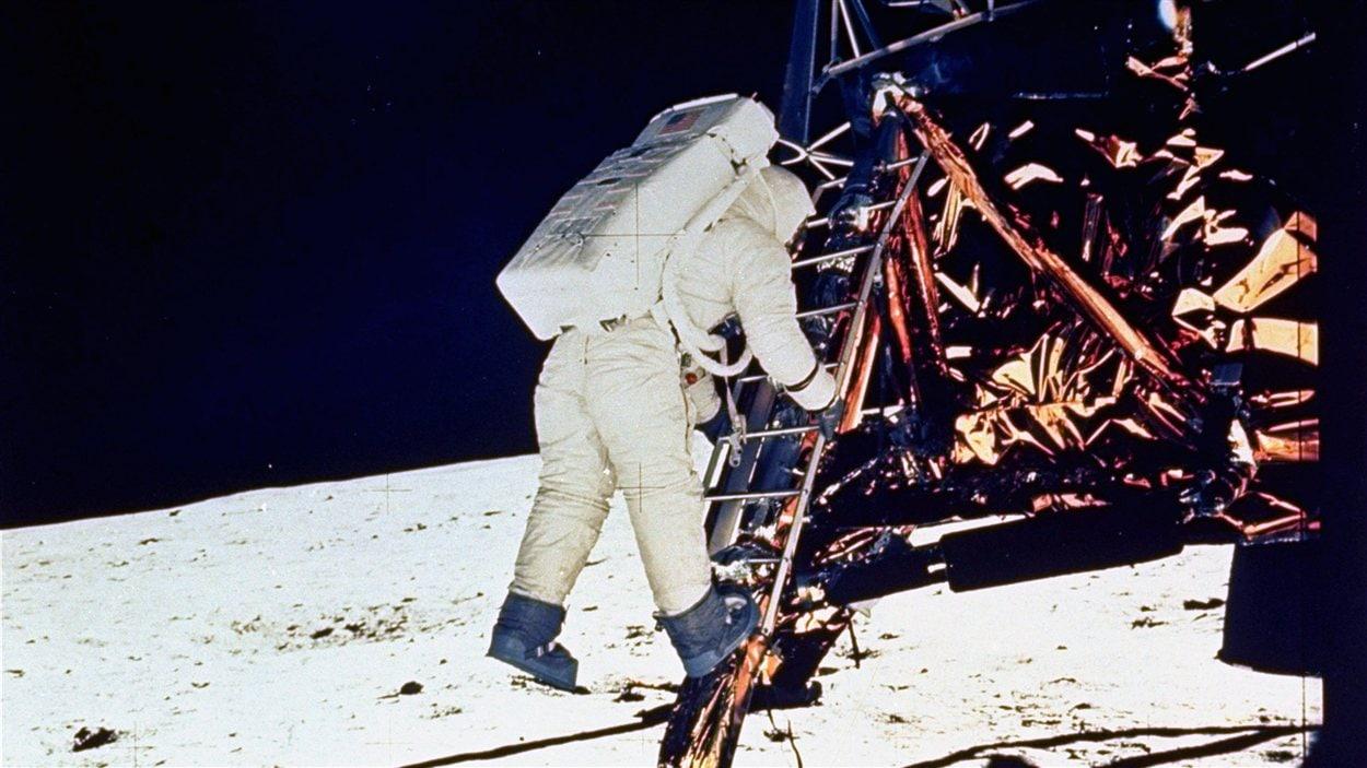 Edwin E. Aldrin, Jr. s'apprêtant à fouler le sol lunaire photographié par Neil Armstrong.