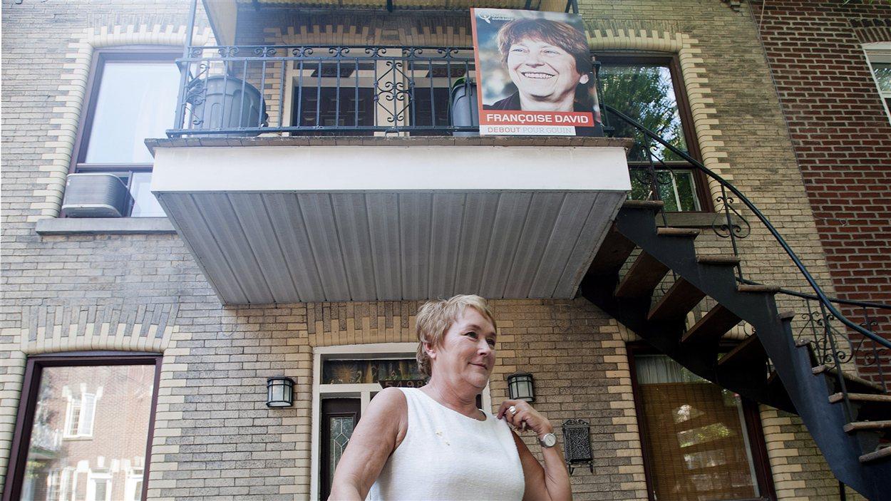 La chef du PQ Pauline Marois, à Montréal, sous une pancarte de François David, de Québec solidaire.