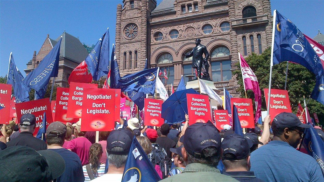 Les manifestants sont réunis devant l'Assemblée législative.