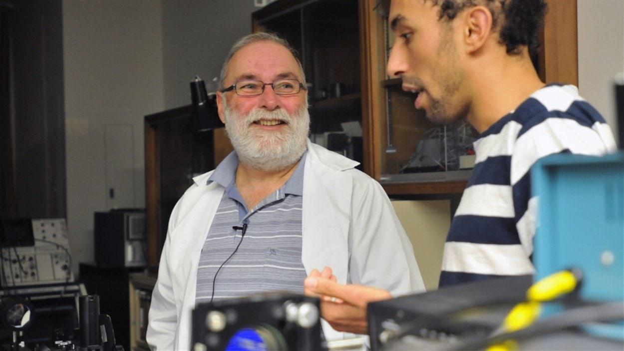 Le professeur Daniel Houde et le doctorant Hakim Belmouaddine dans un laboratoire de la Faculté de médecine et des sciences de la santé.