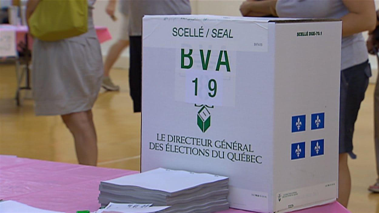 Urne dans un bureau de vote au Québec