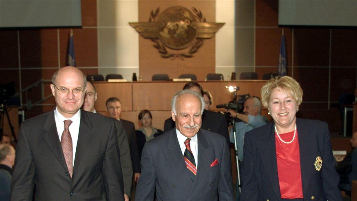 Le secrétaire général de l'Organisation de l'aviation civile internationale (OACI), Assad Kotaite, est accompagné du ministre canadien des Transports David Collenette (gauche) et de la vice-première ministre du Québec Pauline Marois. (2001)