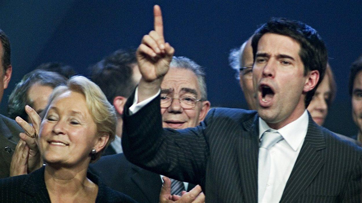 André Boisclair célèbre sa victoire sur Pauline Marois lors de la course à la direction du Parti québécois. (2005)