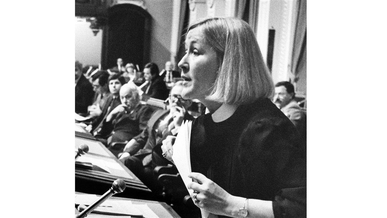 La ministre déléguée à l'Emploi Pauline Marois. Le premier ministre René Lévesque la regarde au loin. (1985)