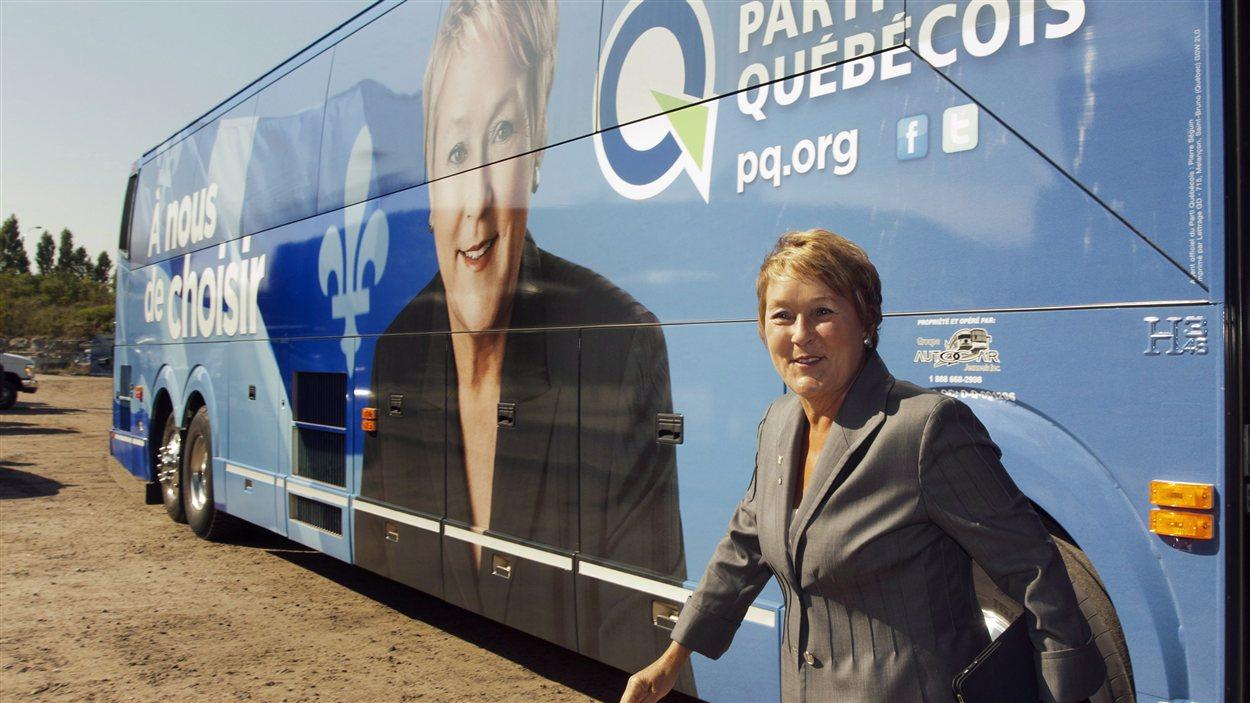 Pauline Marois devant son autobus de campagne.(2012)