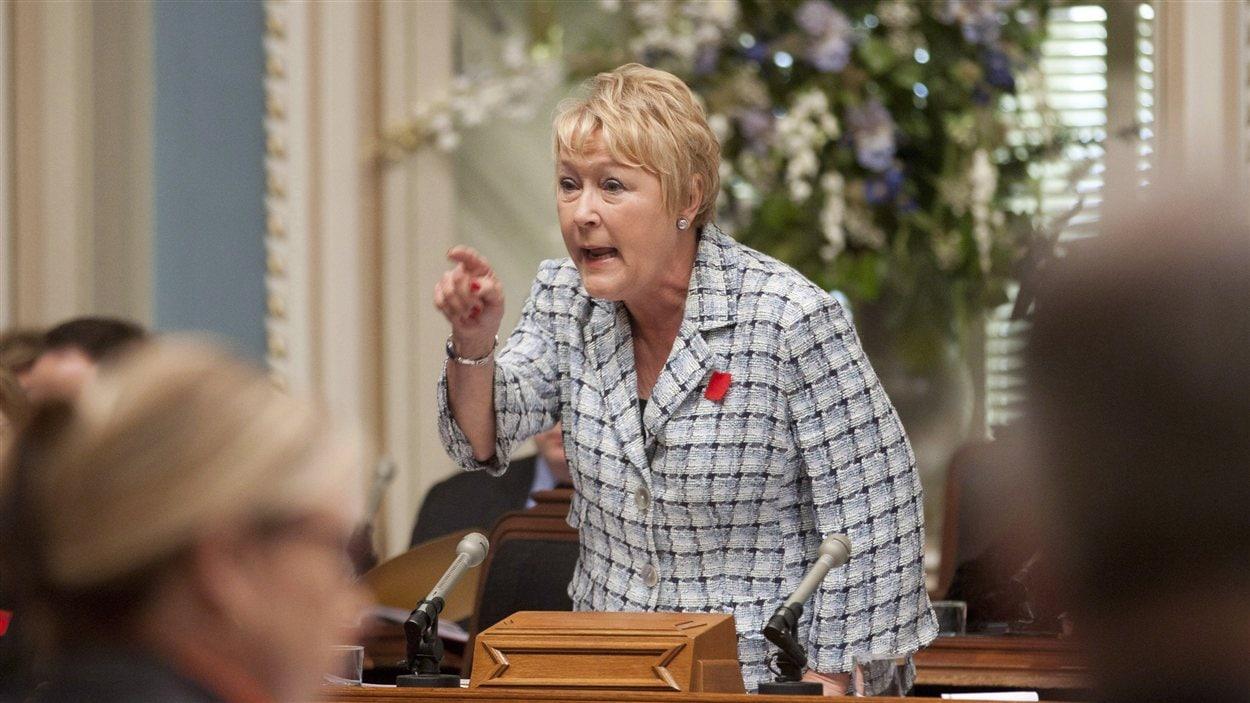 La chef de l'opposition officielle, Pauline Marois, porte le carré rouge, symbole de la lutte étudiante avec la hausse des droits de scolarité. (2012)