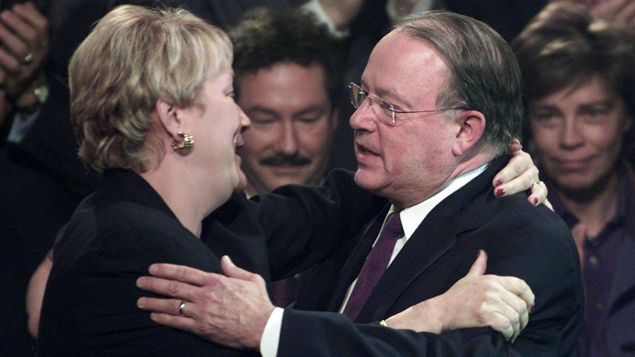 Pauline Marois perd la course à la direction au Parti québécois contre Bernard Landry. (2001)