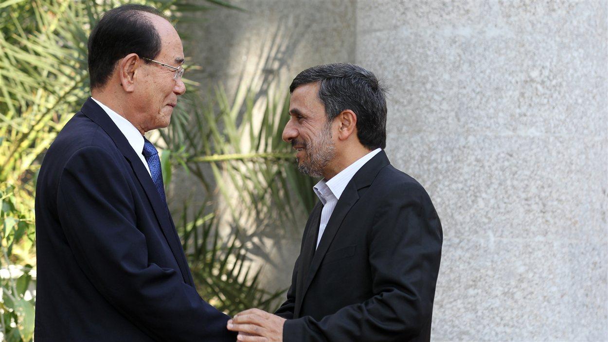 Kim Yong-Nam,  président de l'Assemblée populaire suprême de la Corée du Nord (à gauche)  et Mahmoud Ahmadinejad  le président iranien ( à droite)